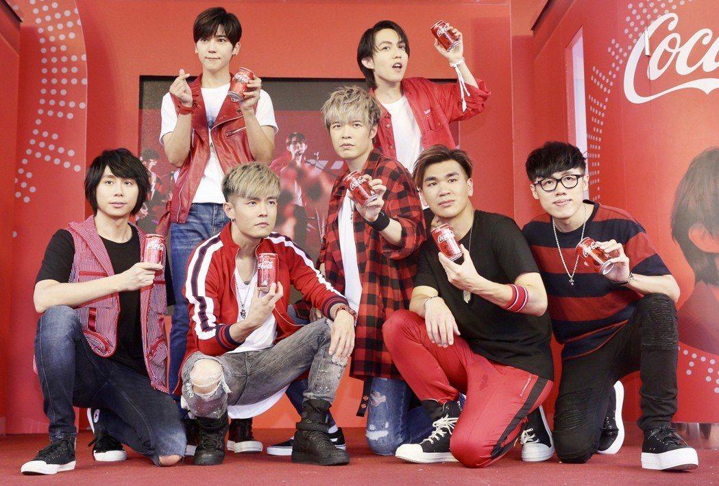 可口可樂互動歌手瓶代言人Bii畢書盡(後排左)、林宥嘉(後排右)和八三夭(前排)
