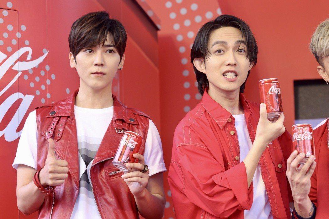可口可樂互動歌手瓶代言人Bii畢書盡(左)、林宥嘉(右)下午出席在華山文創園區舉...