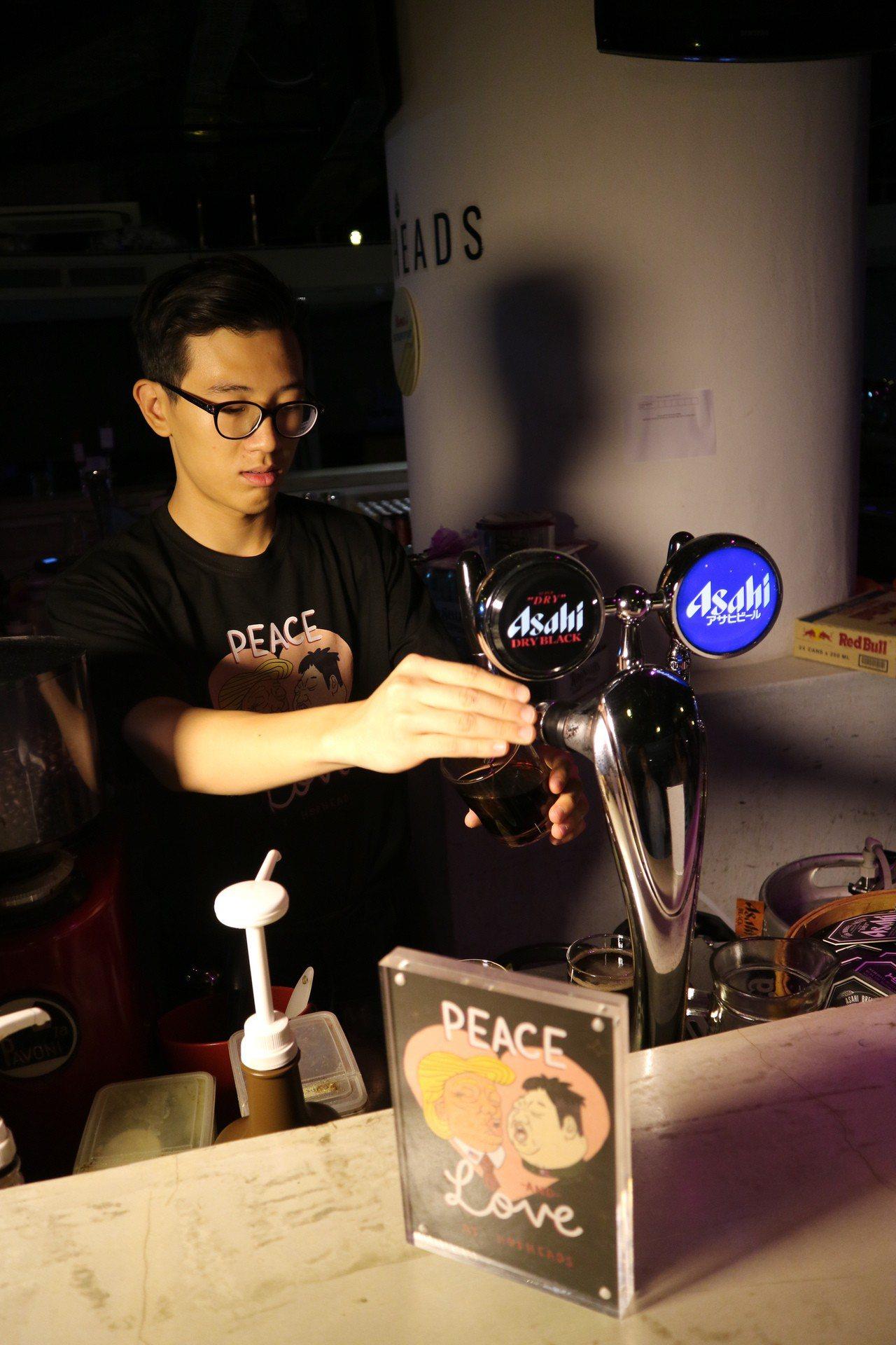 川金啾咪調酒「Bromance(兄弟間的浪漫)」是韓國式深水炸彈,調入龍舌蘭、可...