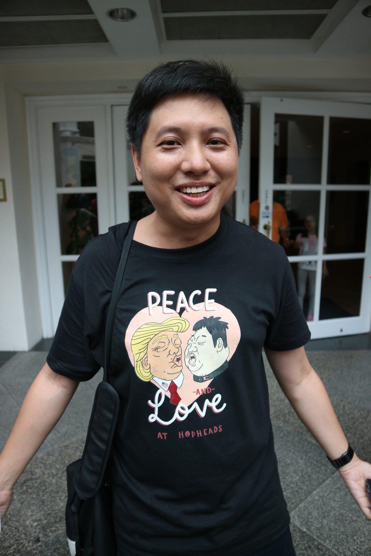 酒吧業者推出的川金啾咪的造型T恤,真的有人買了穿上街。東京記者蔡佩芳/攝影