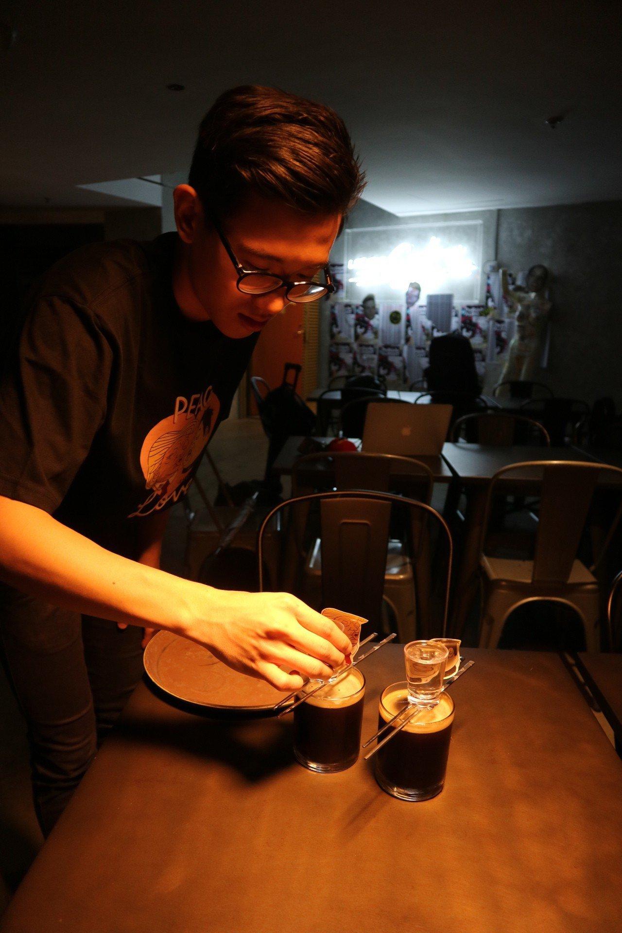 川金啾咪調酒「Bromance(兄弟間的浪漫)」是韓國式深水炸彈,與台灣直接將小...