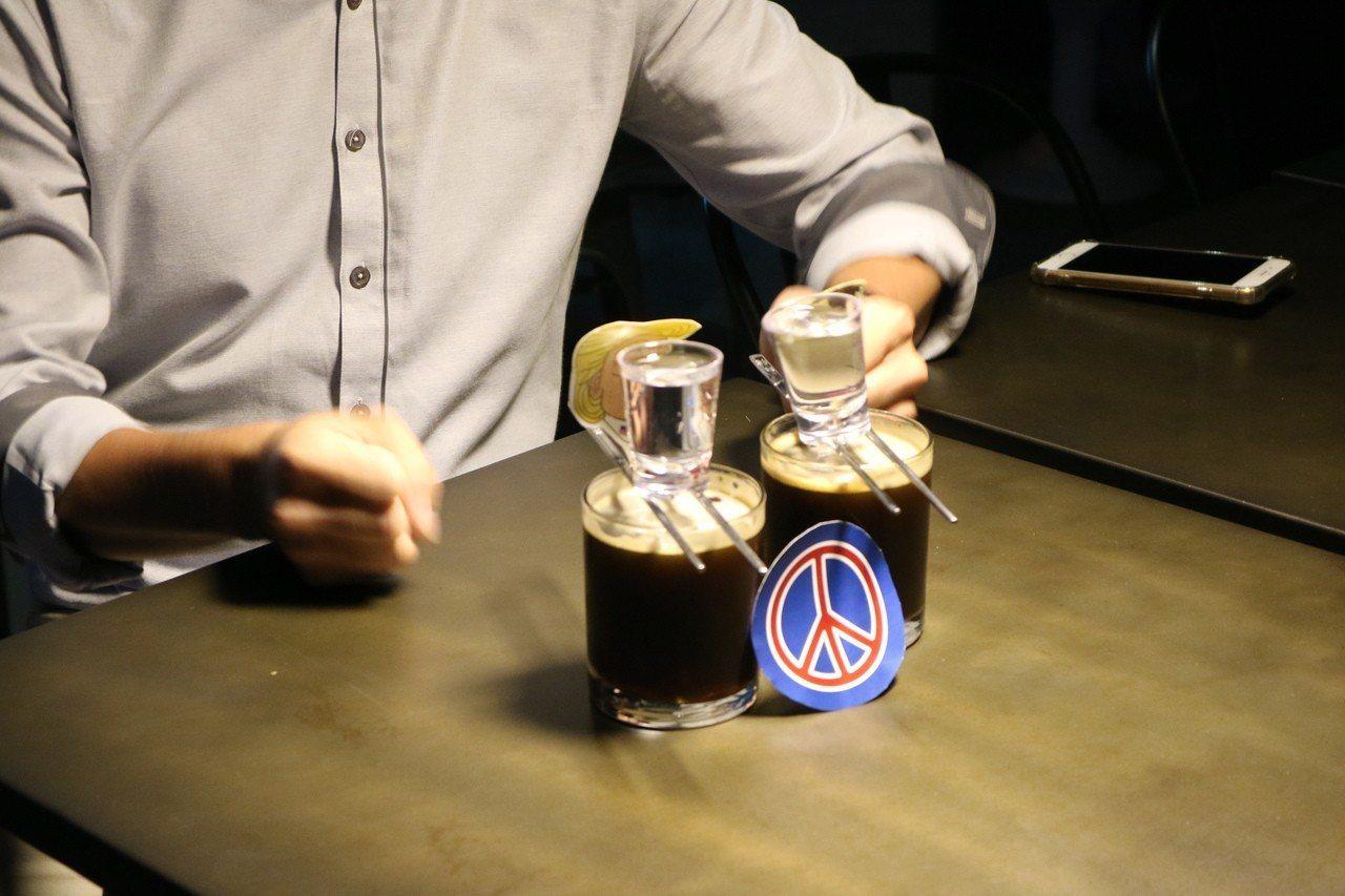 喝川金啾咪調酒「Bromance(兄弟間的浪漫)」要採用韓國式喝法,用拳頭不斷敲...