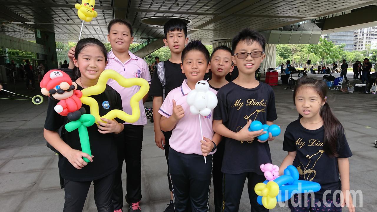 11歲的陳柏翰(右二)和永康國小扯鈴校隊選手們,以苦練多時的扯鈴絕技,一同挑戰高...
