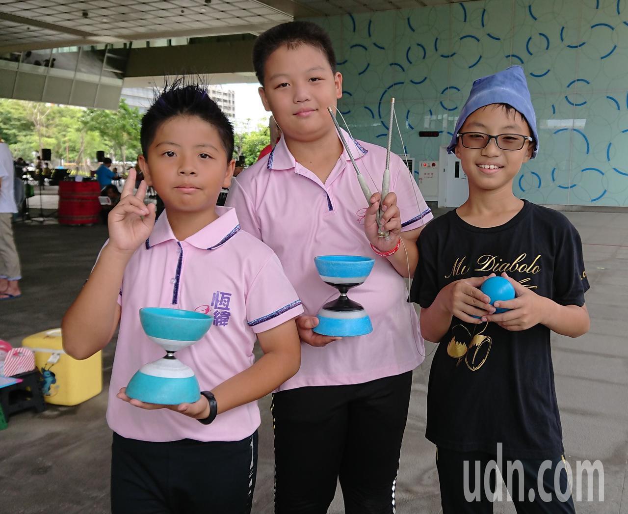 11歲的陳柏翰(右起)、葉澤庭和李恆緯是永康國小扯鈴校隊選手,今年挑戰高市街頭藝...