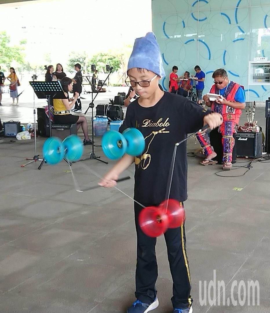 11歲的陳柏翰苦練2年練成的「三鈴拋滾」,表演時贏得滿堂彩。記者蔡容喬/攝影