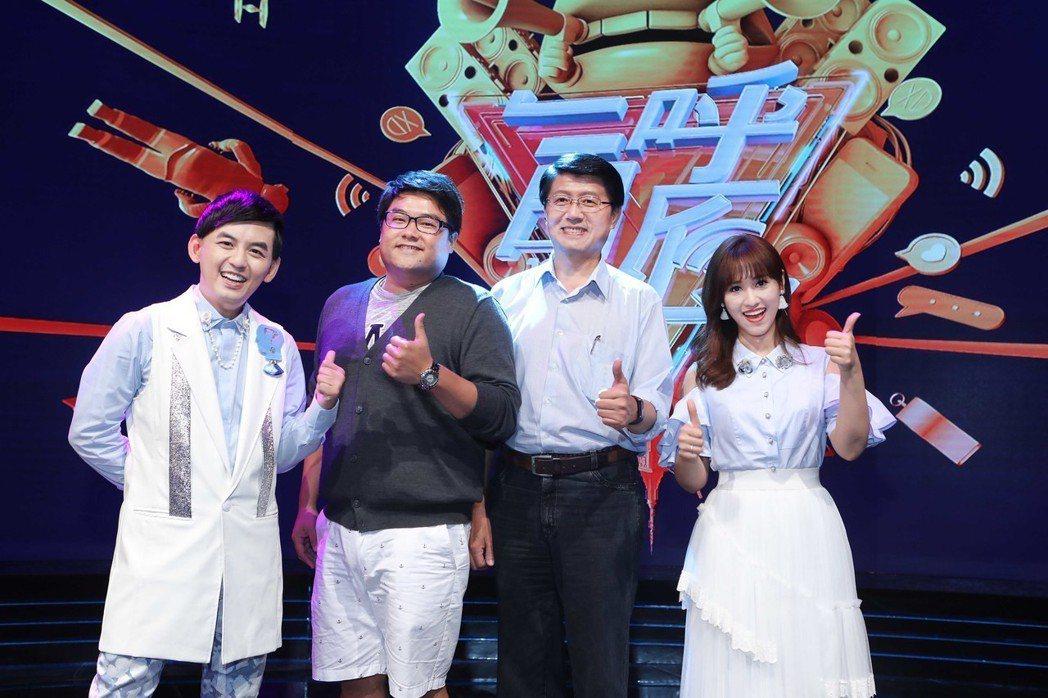 補教名師呂捷(左二)和台南市議員謝龍介(右二)上公視「一呼百應」。圖/公視提供