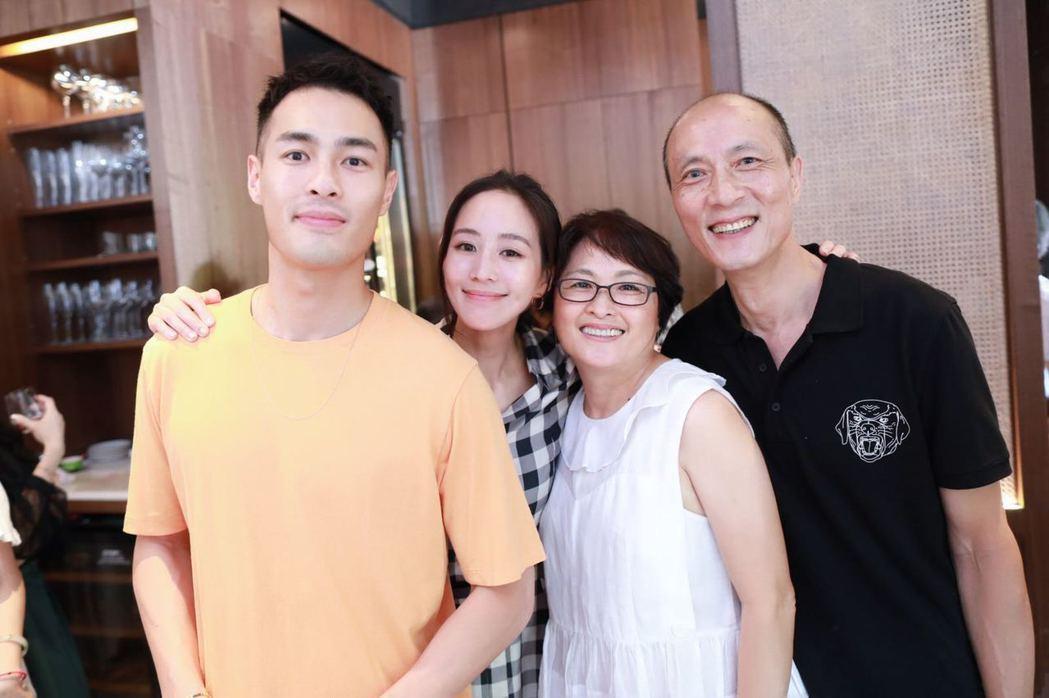 楊祐寧(左1)返台為父母親新開的火鍋店站台,左2為張鈞甯。圖/經紀公司提供