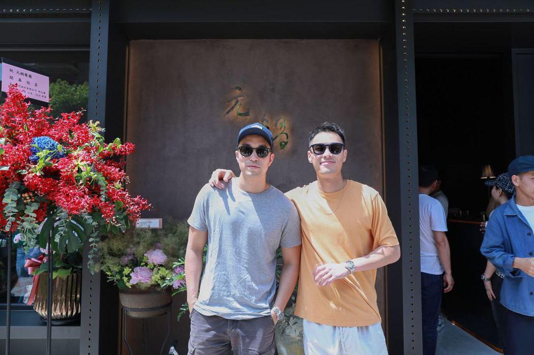 楊祐寧返台為父母親的火鍋店開幕式站台,左為張孝全。圖/經紀公司提供