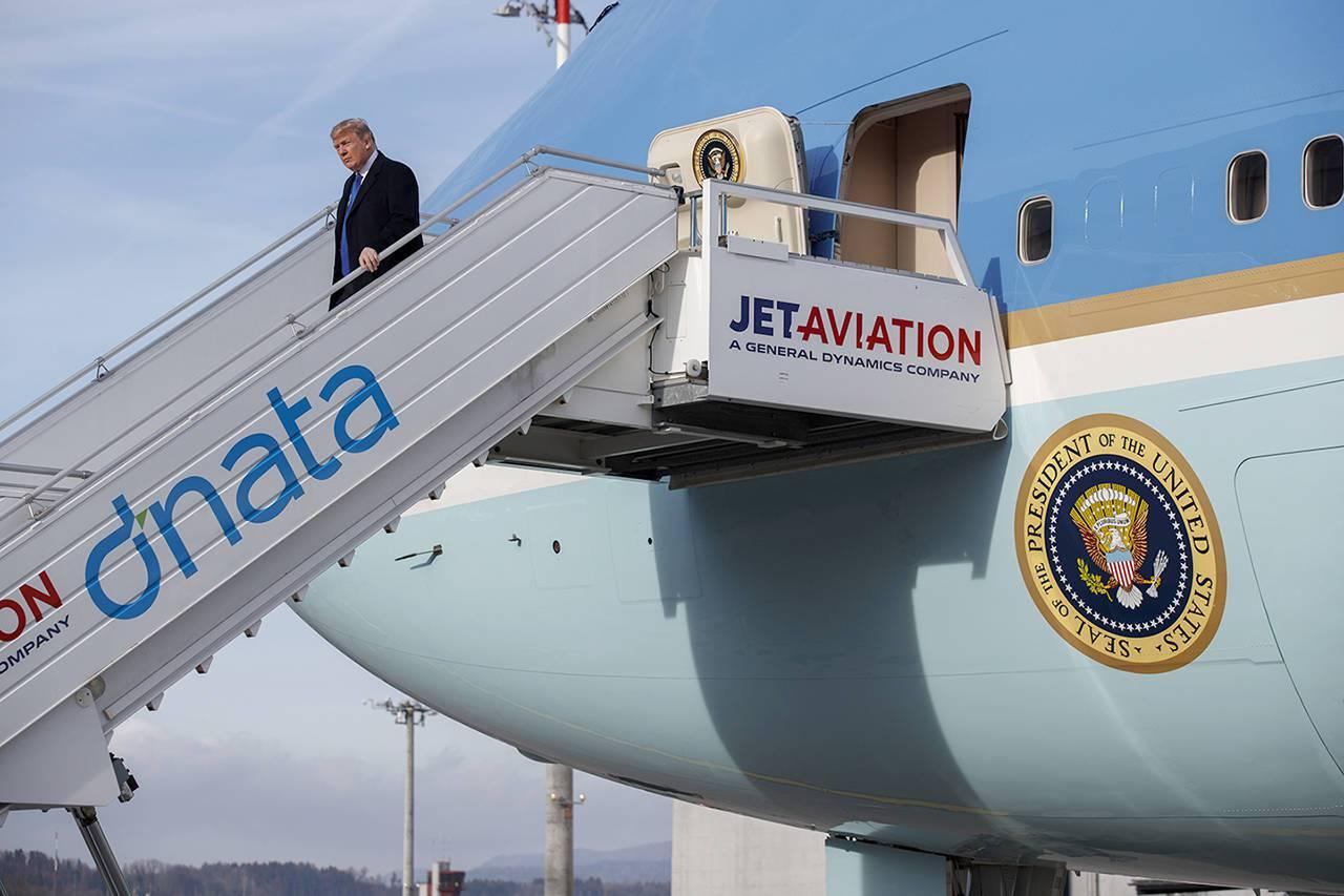 川普已搭乘空軍一號抵達星國。美聯社