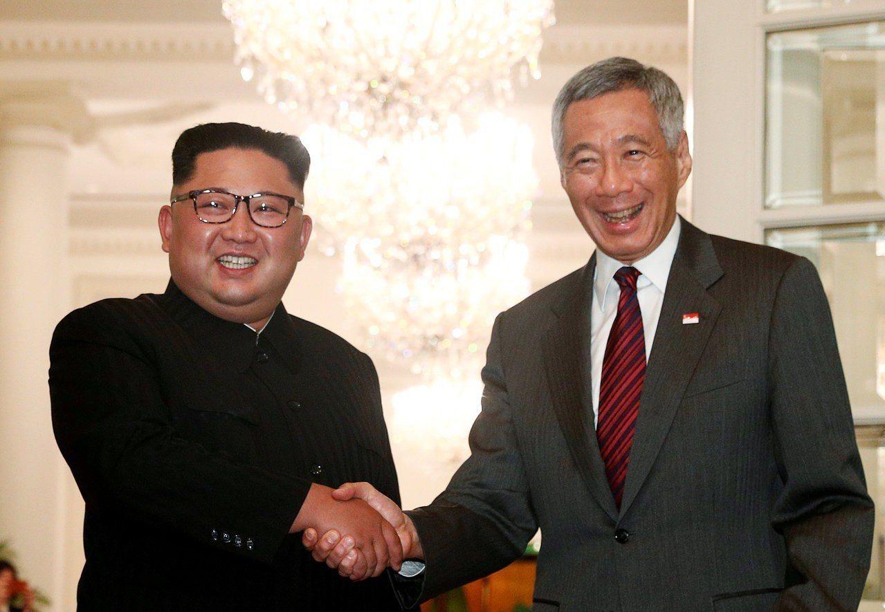 北韓媒體到10日晚間還未報導,金正恩(左)已到新加坡會見總理李顯龍(右)。路透