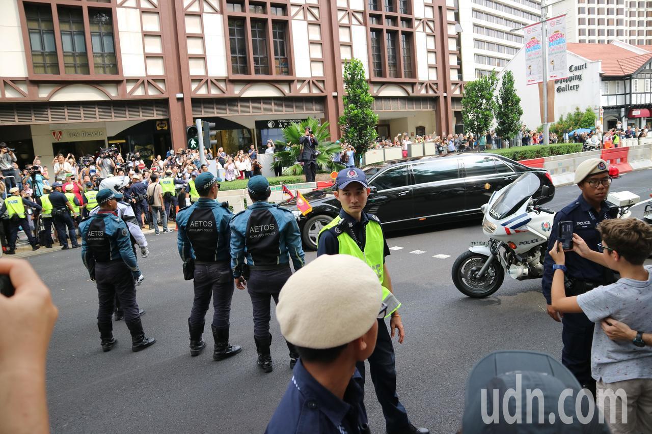 金正恩搭乘的加長轎車抵達瑞吉酒店,現場除大批媒體守候,維觀民眾擠滿馬路。特派記者...