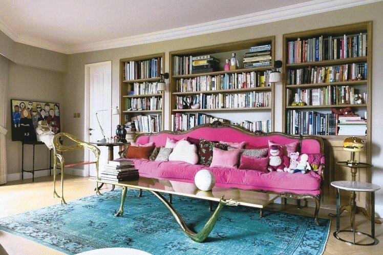 巴黎的桃紅沙發,與達利的矮几與單椅。圖/陳立凱攝影