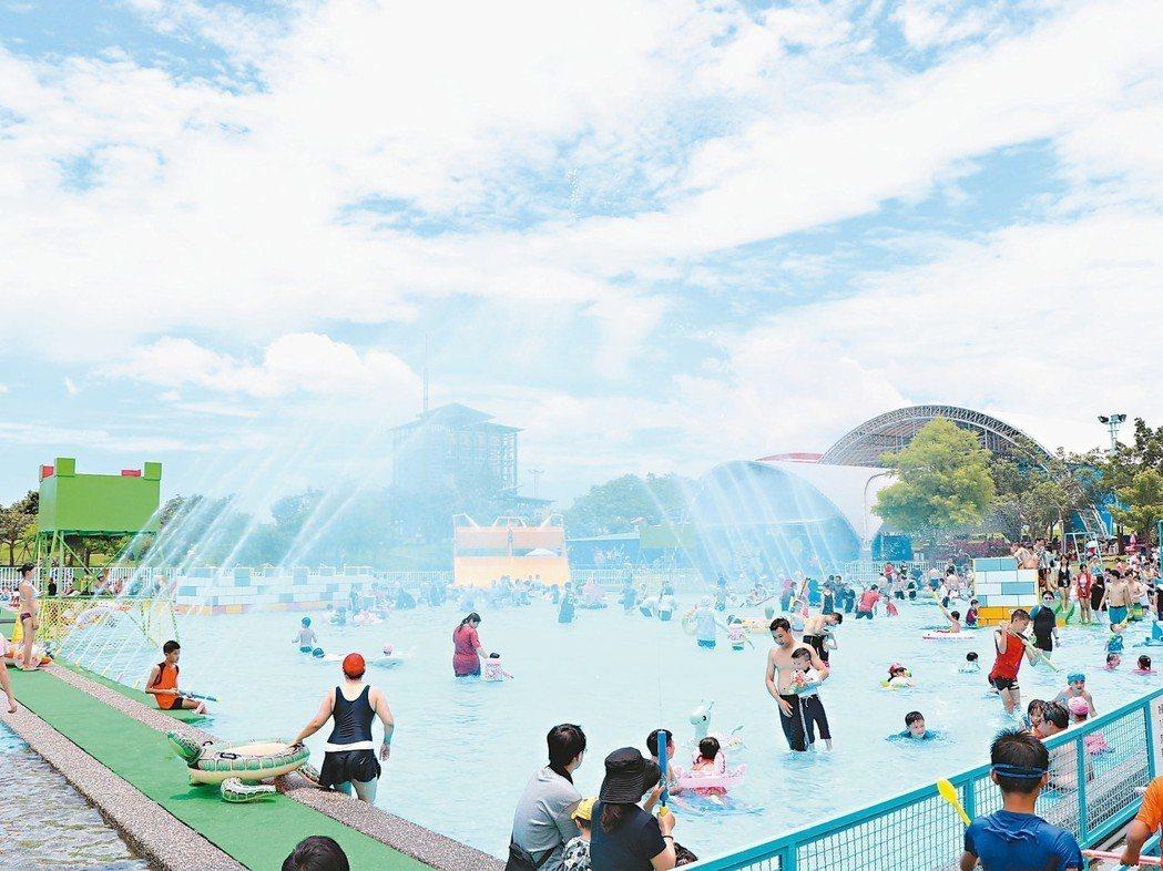 宜蘭國際童玩藝術節是孩子們的戲水天堂,縣政府今年首度祭出百元電子童玩護照,鼓勵低...