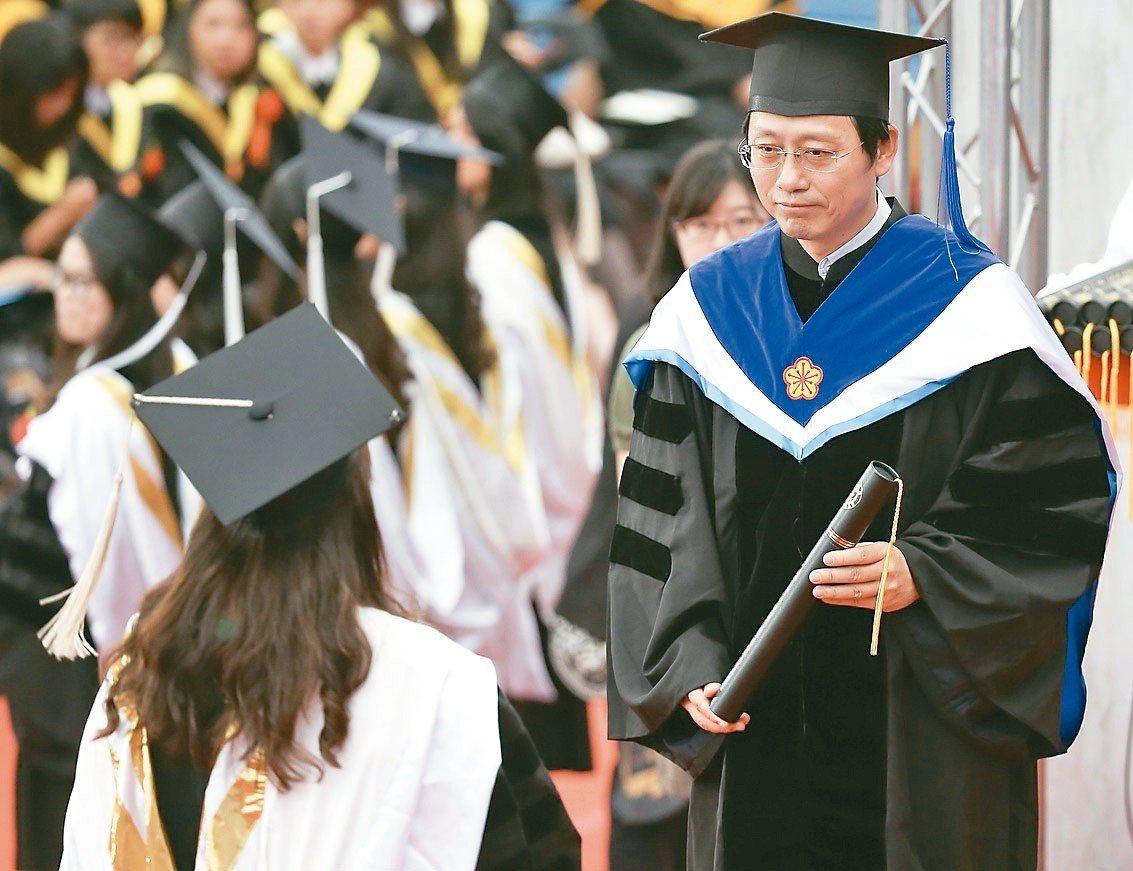 台大畢業典禮由代理校長郭大維代表頒發畢業證書。 記者余承翰/攝影