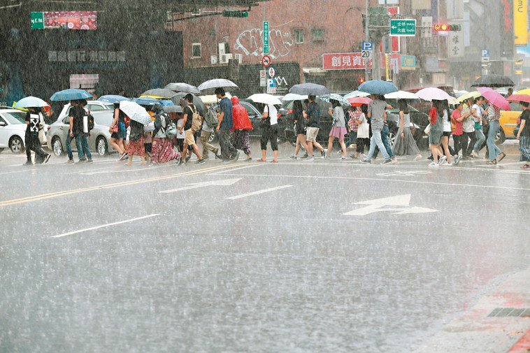 梅雨季讓身體濕氣重。 記者林伯東/攝影