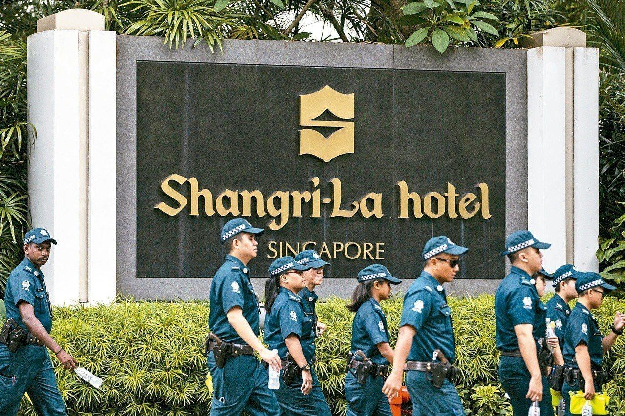 川普下榻的新加坡香格里拉酒店外十日部署了層層警力,戒備森嚴。(美聯社)