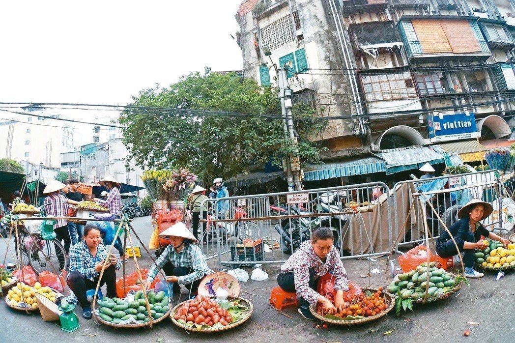 越南民眾在全國各地城市示威,抗議政府打算設立三個經濟特區。圖為河內賣水果小販。 ...