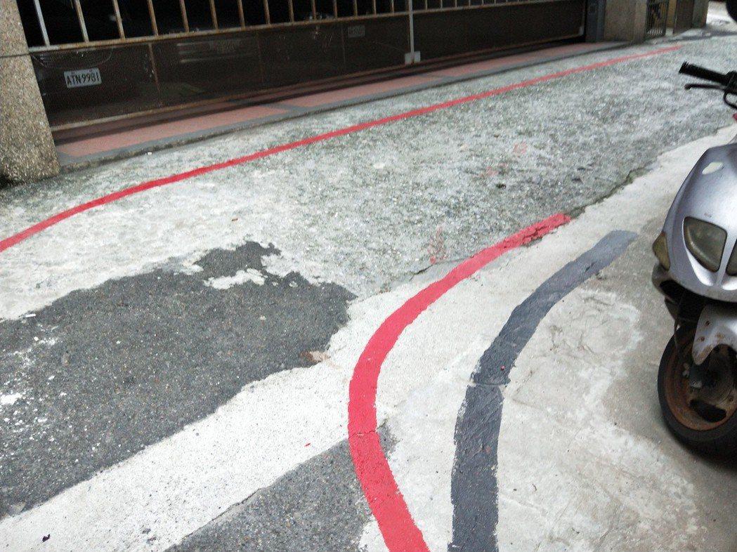 巷弄內兩側都被畫上紅線,但真假紅線怎麼分? 記者游明煌/攝影