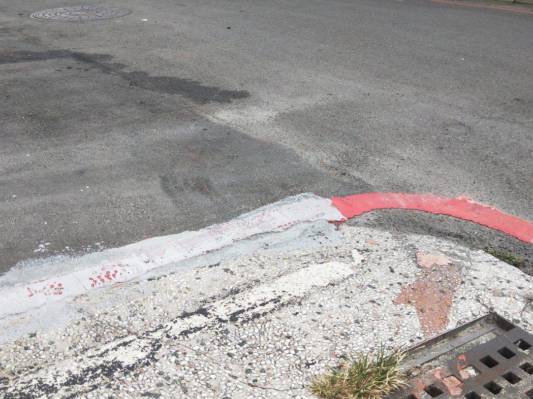 紅線尾端突然被塗黑,少了一大段,十分突兀,讓人搞不清楚紅線到底畫到哪裡。 記者游...