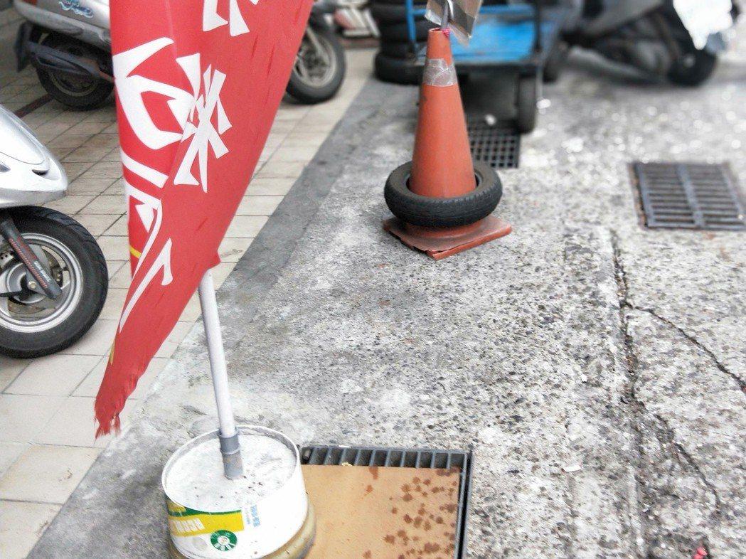 用水泥塊、警示錐套上輪胎占位最為普遍,在很多路段隨處可見。 記者游明煌/攝影