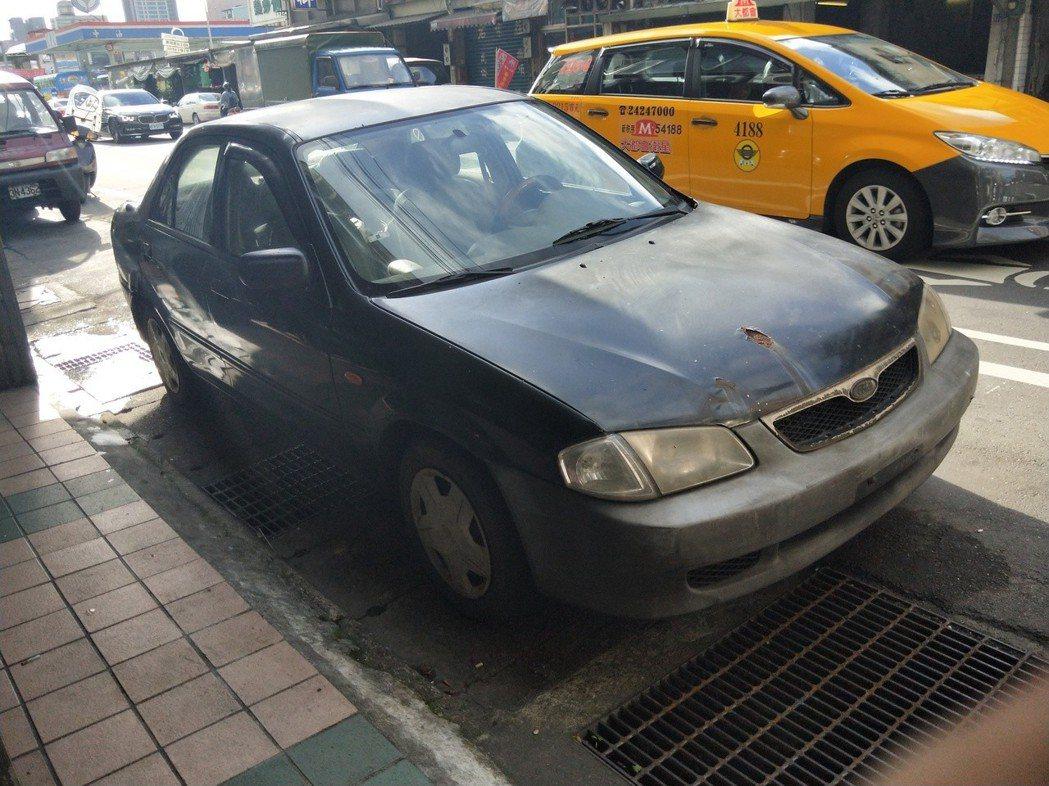 前後都未懸掛車牌的汽車,長期停放馬路邊占位。 記者游明煌/攝影