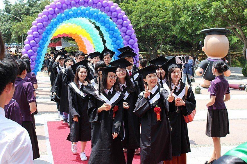長庚大學舉辦畢業典禮,畢業生們與同窗好友開心合影。 長庚大學/提供