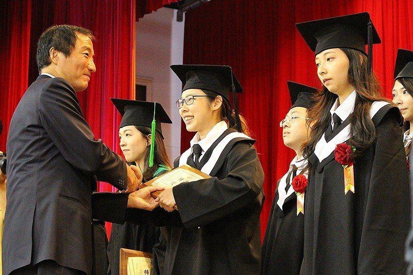 長庚大學董事長楊定一(左)頒發學業優良獎。 長庚大學/提供