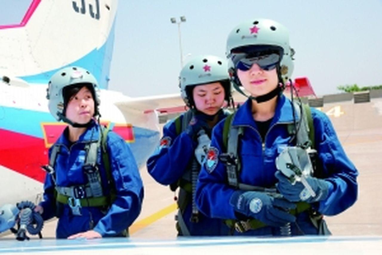 殲擊機女飛養成記:萬裡挑一沒優待,4點半開練每日飛7小時。 圖/取自北京晨報