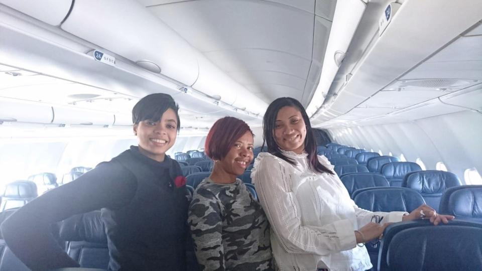 法蘭西斯跟友人莫瑞由倫敦希斯路機場搭乘達美航空客機前往紐約,沒想到上機後,發現機...