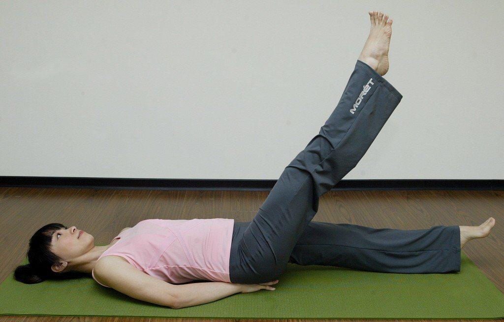 醫師提醒,女性是髂靜脈壓迫高危險群,可每晚抬腿、或穿彈性襪預防。照片為示意圖。 ...