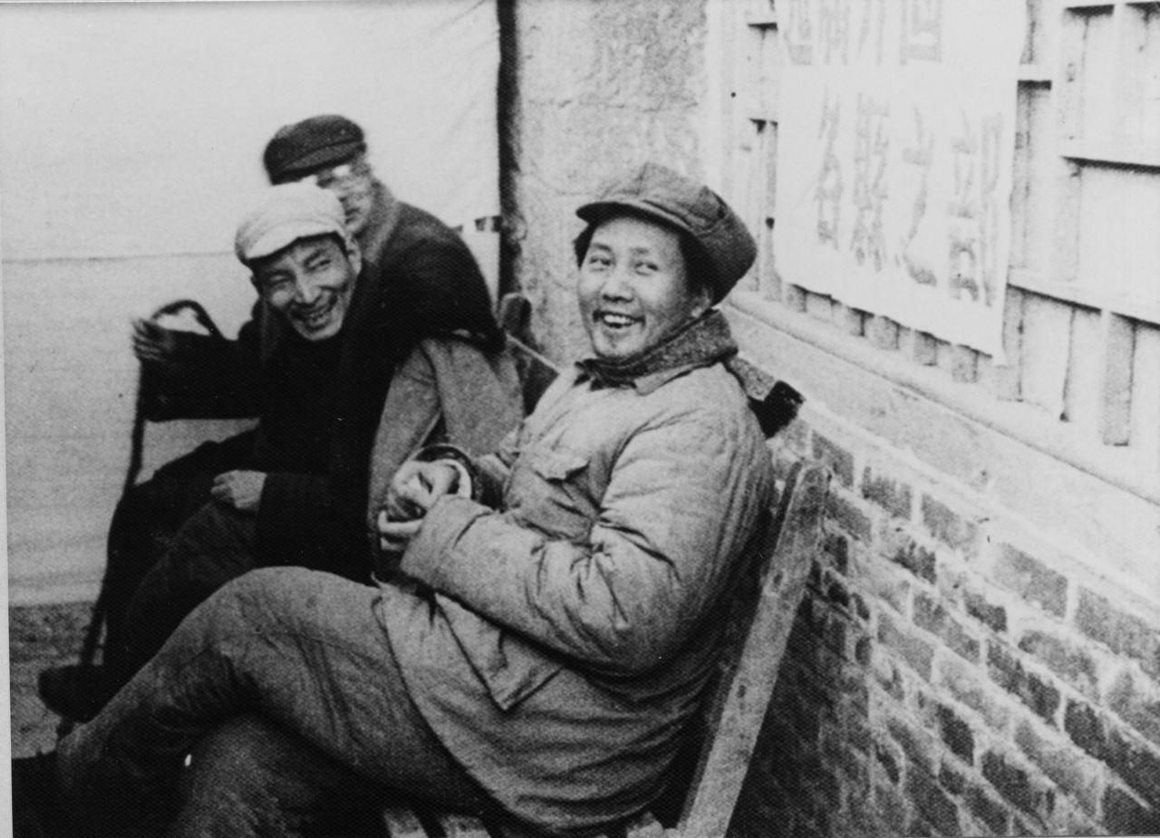 陳雲﹙中﹚與毛澤東﹙右﹚合照。中新社