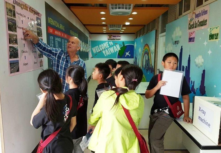 台北、台南市去年9月起共選定10所國小推動雙語教學或轉型雙語實驗學校,甚至引進外...