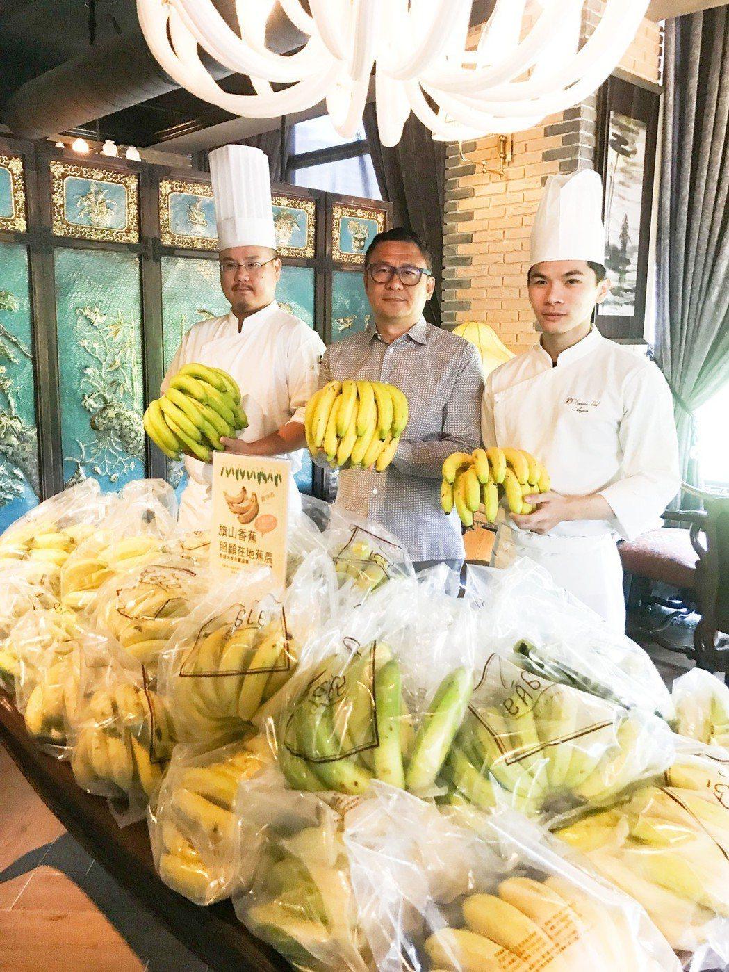 雄崗建設董事長林清吉(中)以一公斤25元向蕉農買了5千公斤旗山北蕉。 攝影/張世...