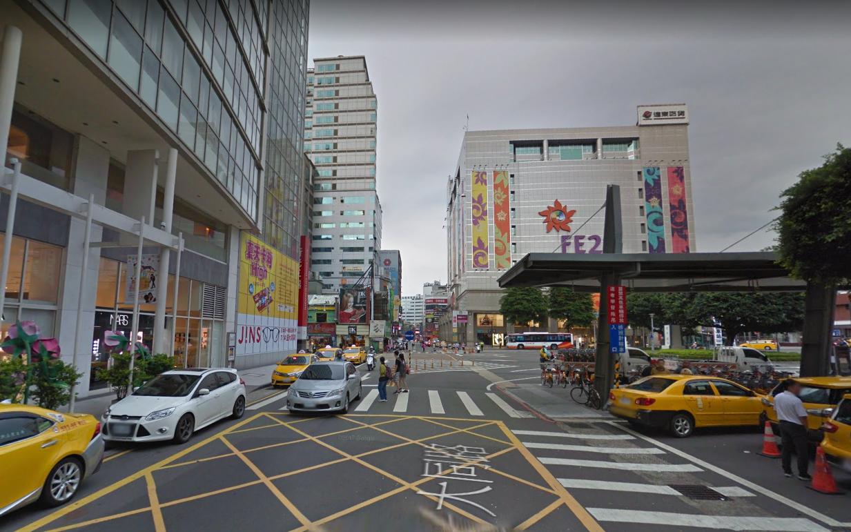桃園車站前就有三間百貨公司 圖片來源/Google街景