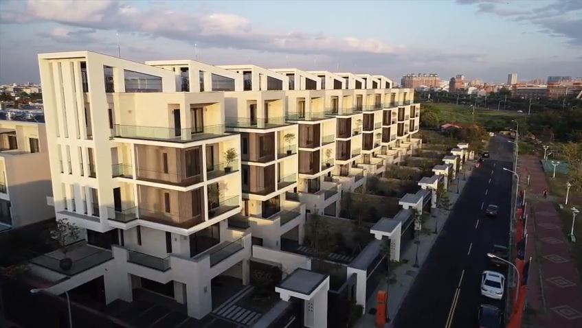 台南市安南區8棟豪宅林立,坐落在嘉南大圳旁。圖翻攝自影片