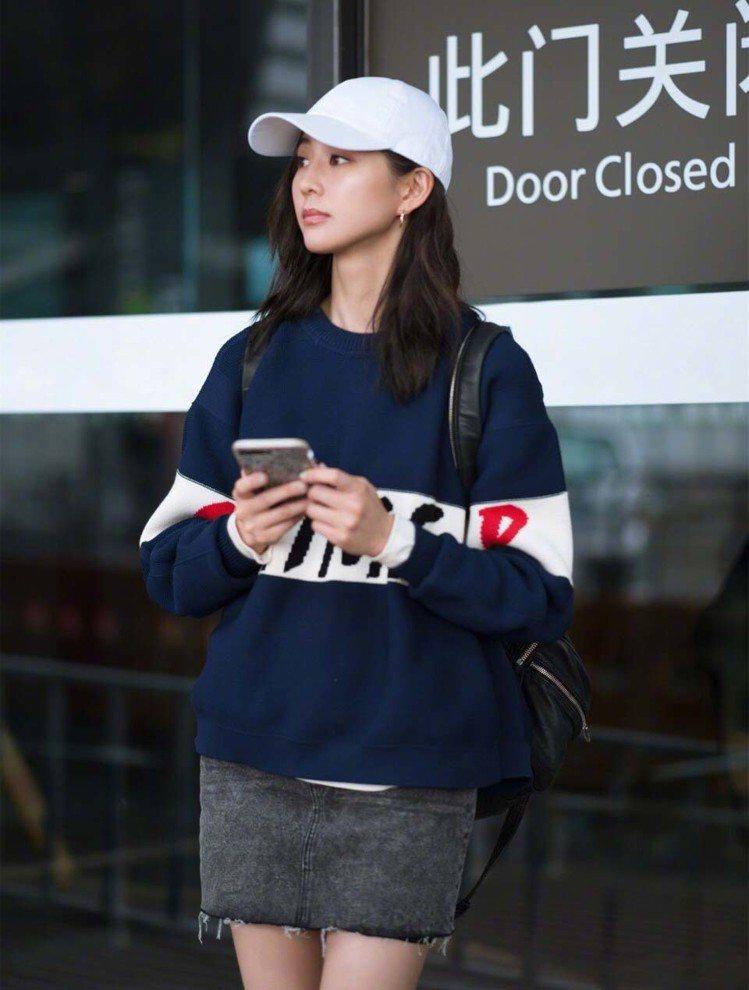 張鈞甯的機場時尚也很親民。圖/擷自微博