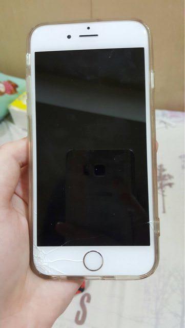 在保護貼的保護下,網友的手機摔了好幾十次才裂開 圖片來源