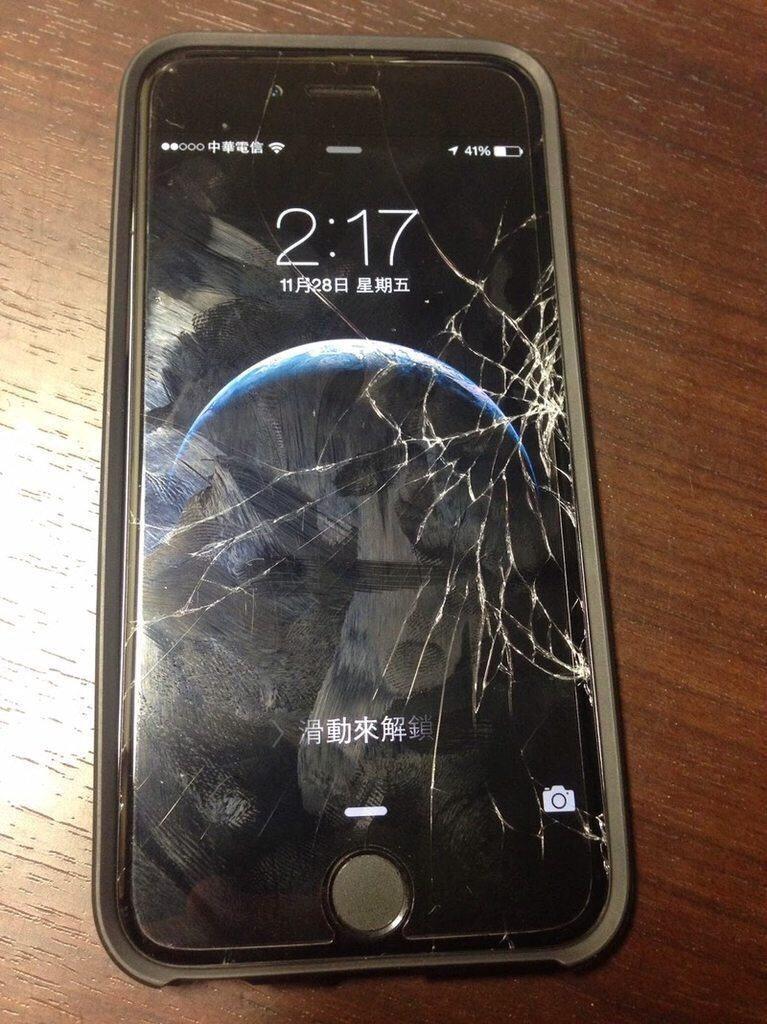網友的手機螢幕破裂,保護貼卻沒事 圖片來源