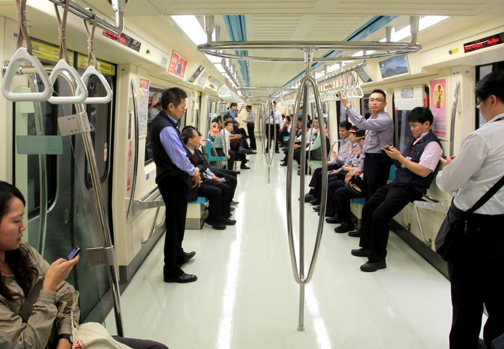 一名母親在捷運內責罰小孩,被旁邊的民眾制止。捷運內部示意圖。 圖/報系資料照
