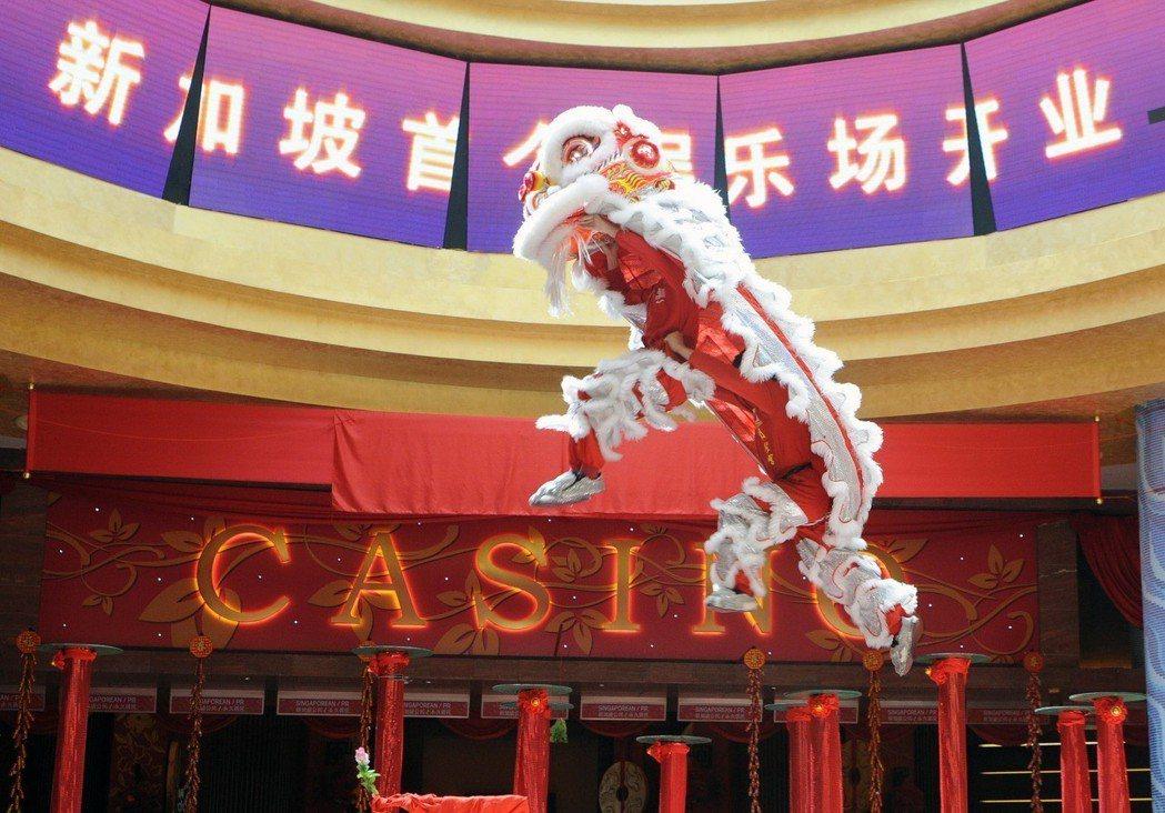 原本的村落更已成了他人紙醉金迷的賭場,家鄉面目全非。圖為新加坡首個賭場在聖淘沙名...