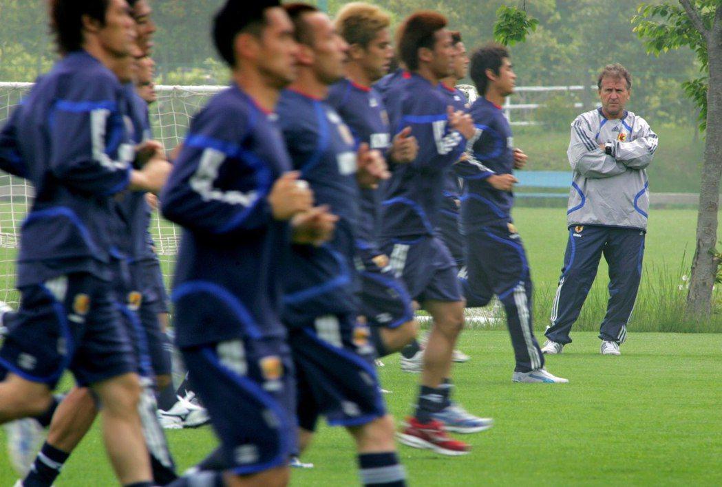 2006年德國世界盃開踢之前,濟科隊上還爆發8名明星球員,集體喝酒鬧事的重大醜聞...