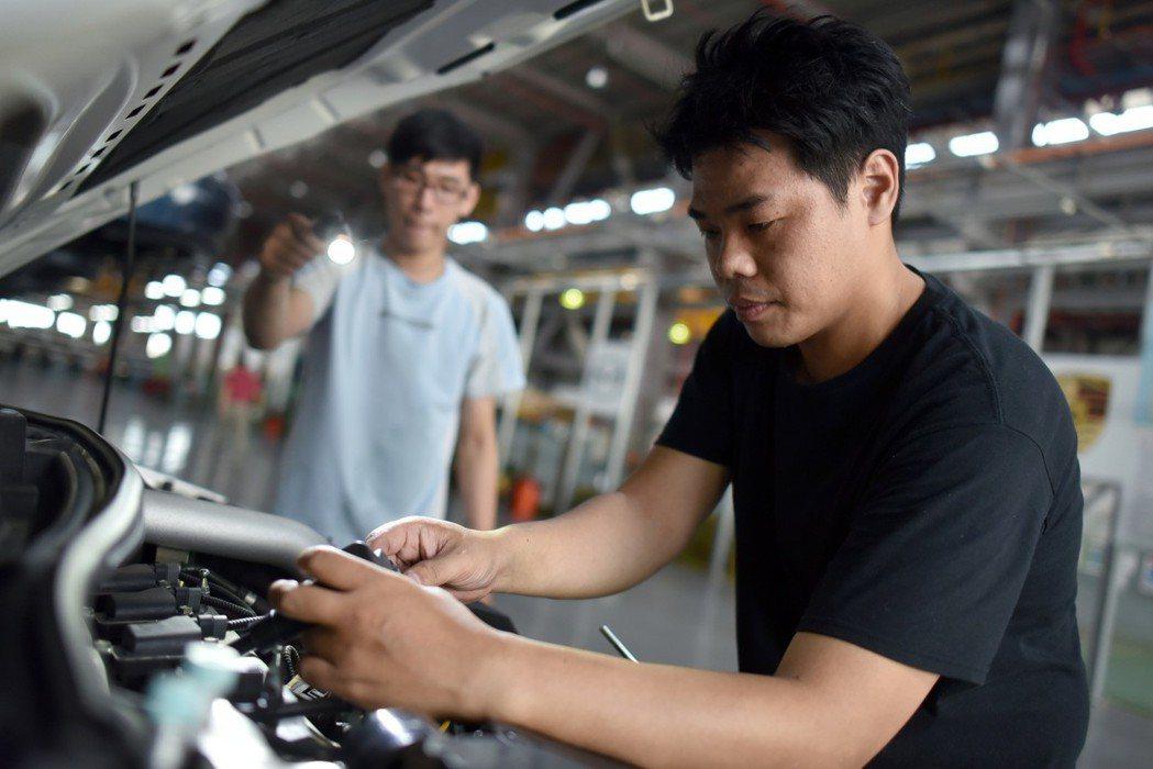 LUXGEN贈送給學校的實習車輛除了是全新車款外,而且也搭載著最新的前瞻科技,希望讓學生可以在實務操作上學習到最新的汽車修護技術。 圖/LUXGEN提供