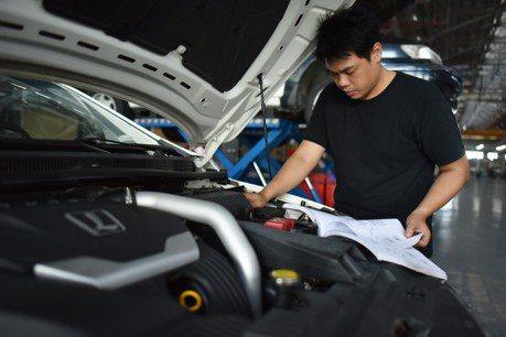 LUXGEN 推青年學子汽車夢贈車計劃 「開門防撞系統」同步亮相