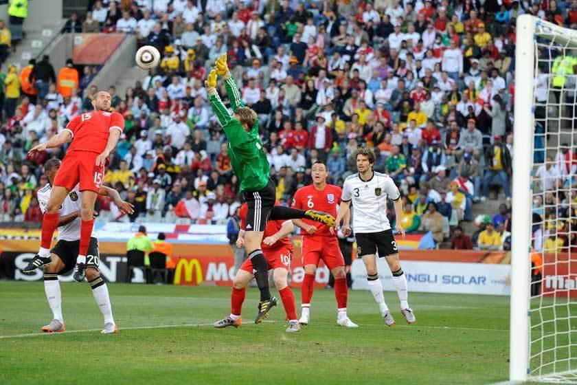 2010世界盃英格蘭對德國之戰靠厄森(左)頂進一球,但最終華麗的英式球風完全無法...