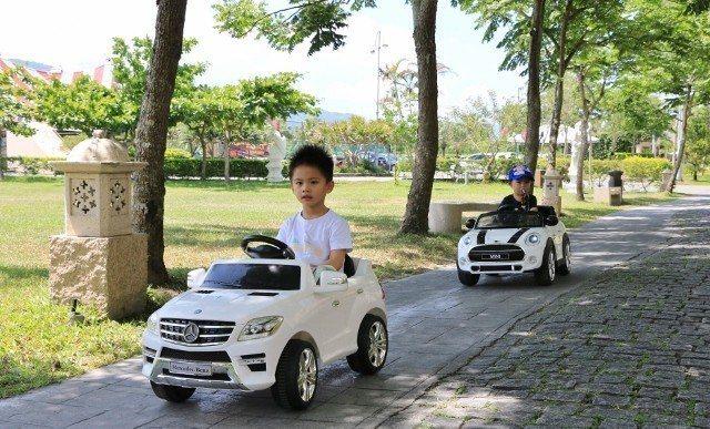 兒童電動車上路,小男孩最愛。 理想大地/提供