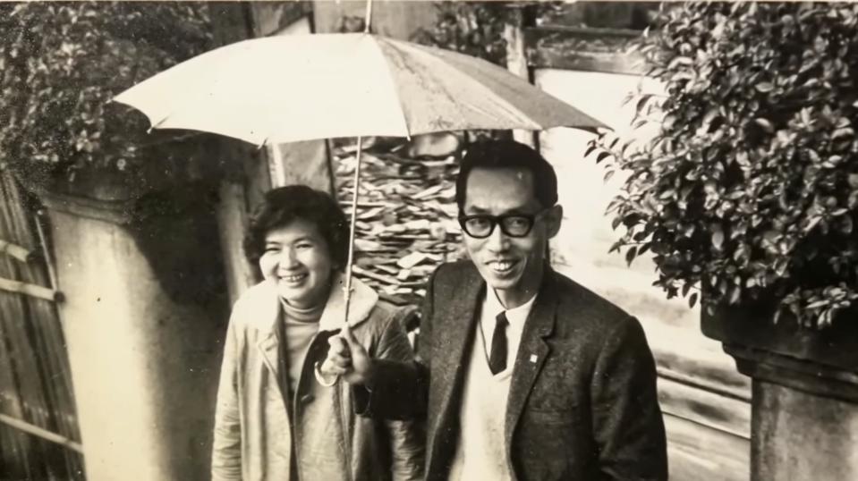 蔡焜霖(右)與妻子楊璧如(左)年輕時合照。 圖/截自「少年書呆子的牢獄之歌:蔡焜...