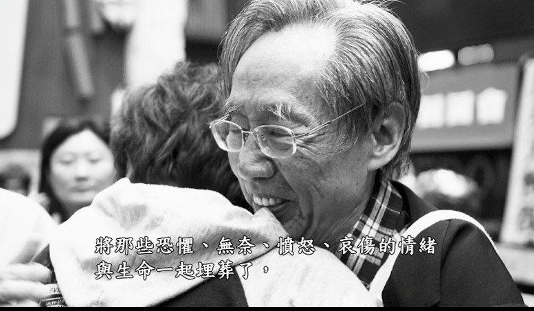 蔡焜霖曾給318學運學生一個擁抱。 圖/截自「少年書呆子的牢獄之歌:蔡焜霖先生的...