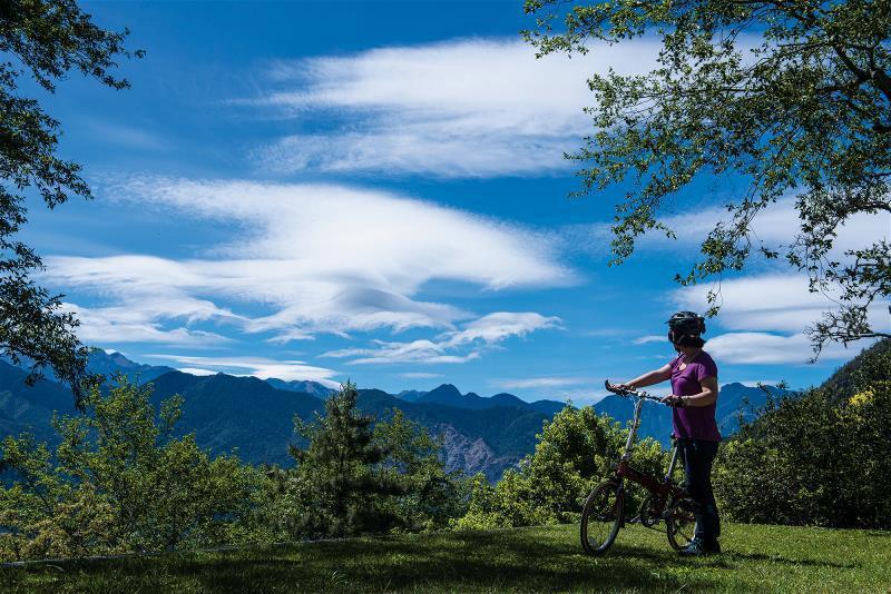 海拔2,000公尺的觀霧國家森林遊樂區,是台灣最容易遠眺聖稜線(雪山至大霸尖山間...