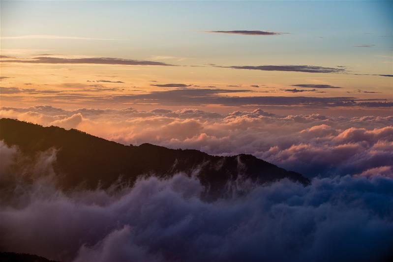 晨昏的雲海亦是觀霧絕景。