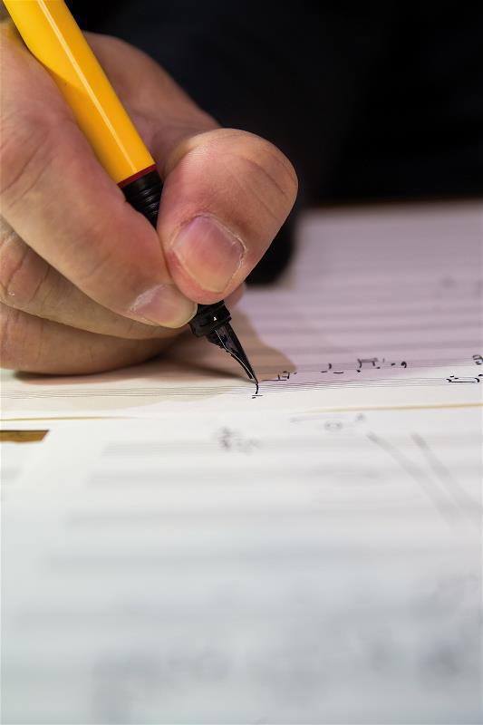 金希文習慣手寫譜曲,像是把溫度刻印在紙上。